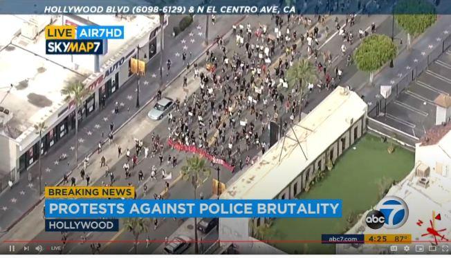 大量遊行者1日齊聚好萊塢附近的洛市范奈斯(Van Nuys)地區,有一批歹徒趁機打劫商家。(ABC7電視台)