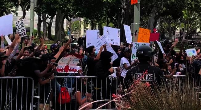大批民眾在1日洛杉磯市政廳前示威。(取材自洛縣警局推特)