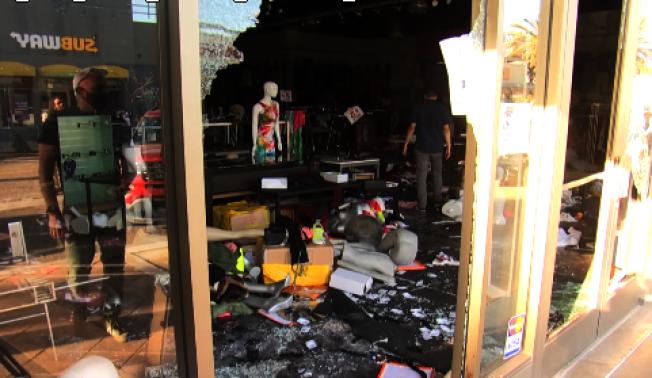 搶匪5月31日在長堤市打砸搶。(讀者提供)