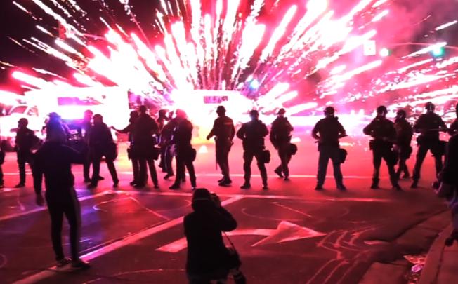聖塔安納示威人群5月31日與警方對峙。(讀者提供)