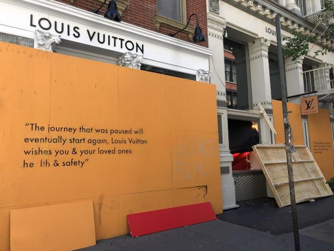 路易威登門店即使木板封鎖也無濟於事。(記者張晨/攝影)