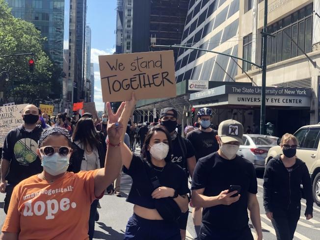 示威民眾高舉標語尋求公正審判。(記者張晨/攝影)