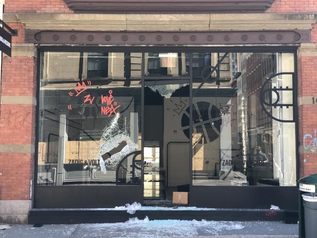 蘇活區內其餘被砸搶的店鋪。(記者張晨/攝影)