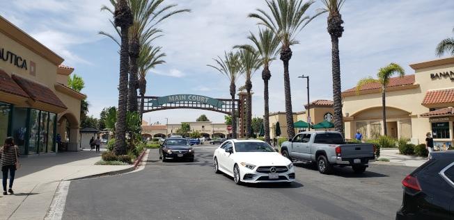 卡邁利洛直銷中心(Camarillo Premium Outlets)的正門,進出的車輛川流不息。(記者鄭敖天╱攝影)