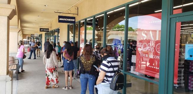 在直銷中心店外排隊的市民。(記者鄭敖天╱攝影)