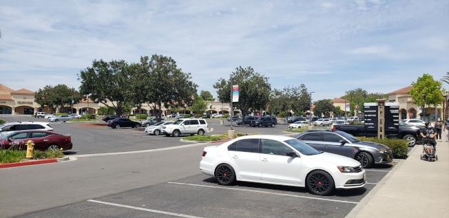 直銷中心的停車場較之往年依然顯得空曠(記者鄭敖天╱攝影)