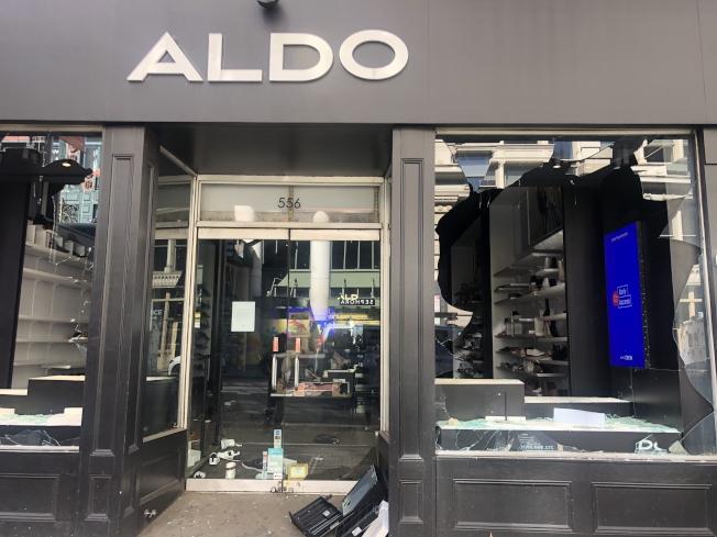 暴徒入夜後在各地流竄打砸、洗劫店鋪。(記者張晨/攝影)