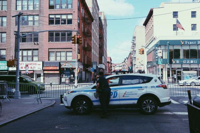 连日来大批示威者行径华埠,五分局已将警局所在街区封锁,严阵以待。(记者张晨/摄影)