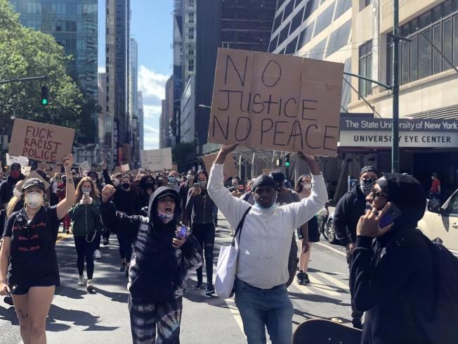 紐約持續數日的抗議示威人群密集,新冠疫情恐將回升。。(記者張晨/攝影)