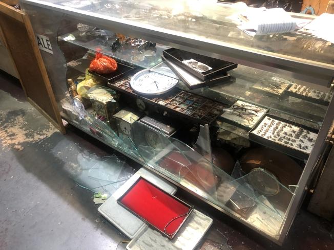 華人鐘錶行被砸破展示櫃。(記者張晨╱攝影)