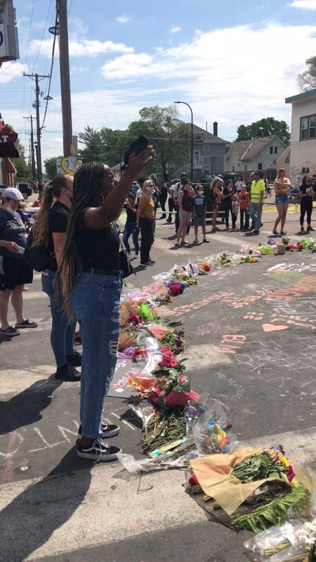 佛洛伊德命案發生現場,1日聚集許多民眾到場獻花追悼。(陳愛明提供)