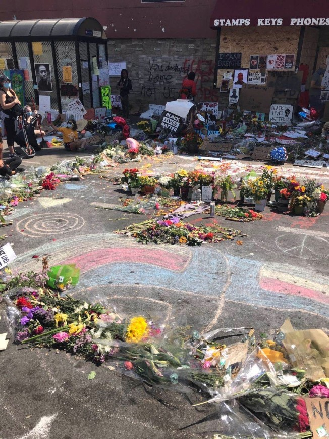佛洛伊德命案發生現場,1日聚集許多民眾到場獻花。(陳愛明提供)