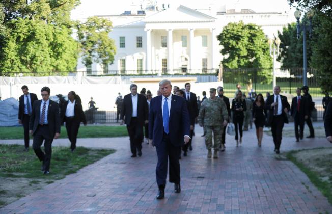 川普演說結束後,步行穿越拉法葉公園,前往聖約翰聖公會教堂。(路透)