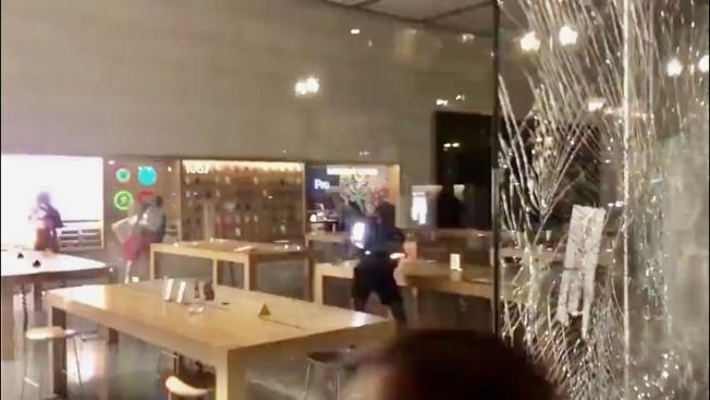 聯合廣場的蘋果商店被人敲碎門窗玻璃並洗劫一空。(網路視頻截圖)
