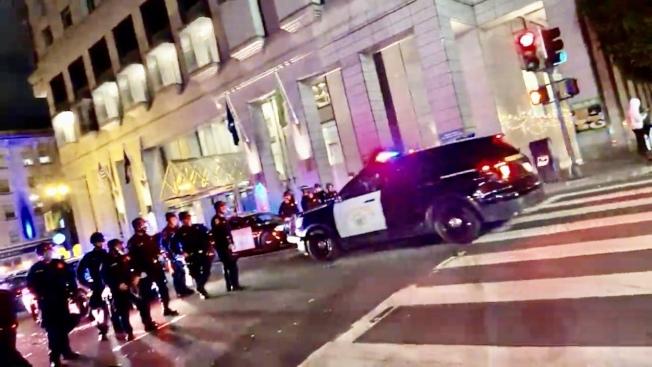 警方在市中心的主要街道布防。(網路視頻截圖)