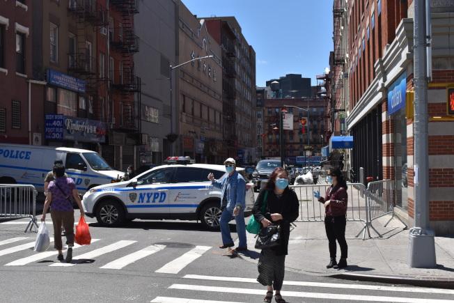 市警五分局在警局門口附近圍上柵欄,防止示威者攻擊。(記者顏嘉瑩/攝影)