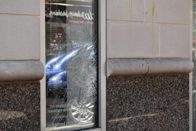 示威者打破華埠手機店的玻璃。(記者顏嘉瑩/攝影)