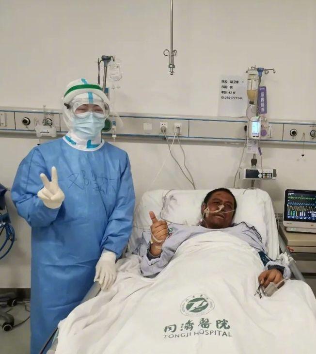 武漢醫師胡衛鋒因感染新冠肺炎容貌大變,在接受長達四個多月治療後,仍於2日傳出不幸病逝的消息。(取材自微博)