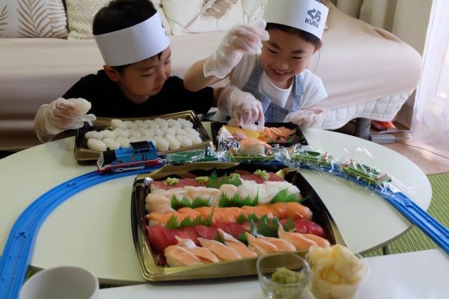 兒童餐把白飯和生魚片分開,小朋友可體驗製作壽司的樂趣,自己做想吃的壽司。(取材自推特)