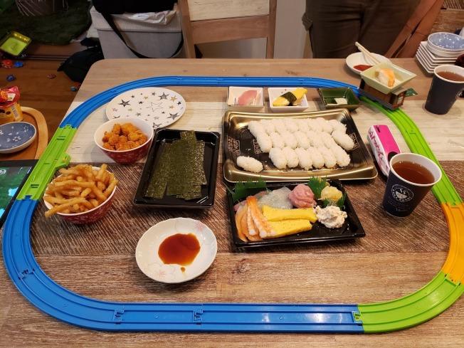 日本人氣迴轉壽司店因疫情推出不同外賣套餐,其中兒童餐更是大賣。(取材自推特)