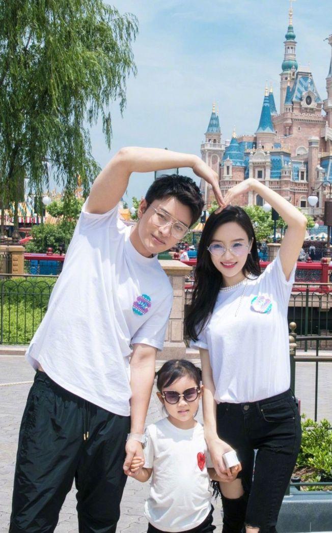 賈乃亮和李小璐日前被拍到為探望女兒甜馨,現身李小璐所住小區。圖為離婚前一家三口。(取材自微博)