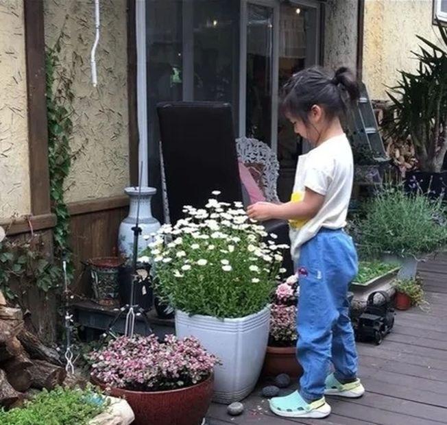 湯唯罕見曬出三歲女兒的照片。(取材自微博)