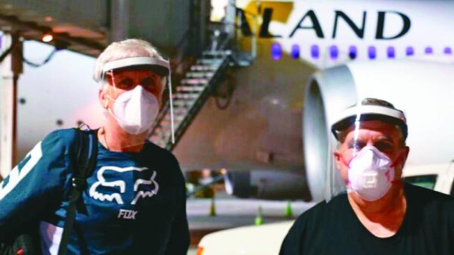 導演詹姆斯卡麥隆(左)、製片強蘭道(右)全副武裝抵達紐西蘭準備拍攝「阿凡達2」。(取材自Instagram)