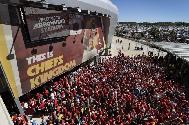 未來體育場館將走向「高科技、低入座」,過去爆滿盛況將難重現。圖為堪薩斯市大批美式足球迷湧入球場觀賽。(美聯社)