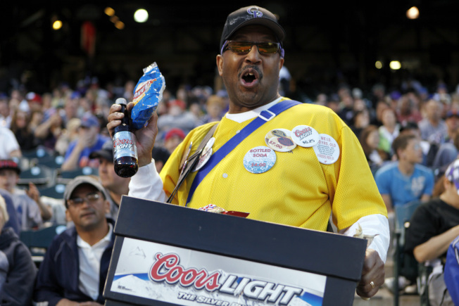 MLB職棒大聯盟科羅拉多洛磯隊在丹佛庫爾斯球場觀眾席販賣飲料點心的小販。(美聯社)