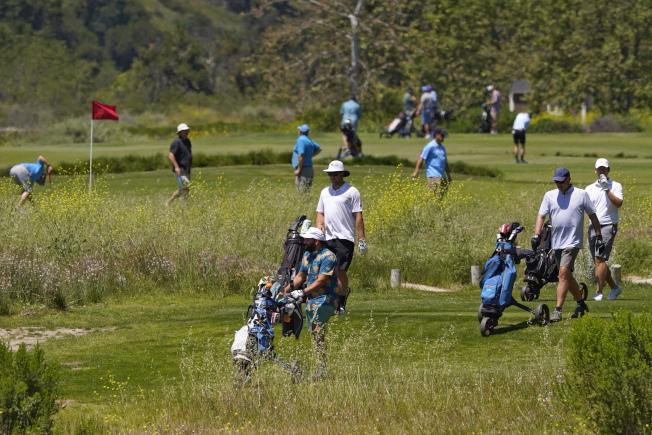 受新冠肺炎疫情影響,使得高爾夫球運動再受青睞。圖為加州一處高爾夫球場有不少民眾較量球技。(美聯社)