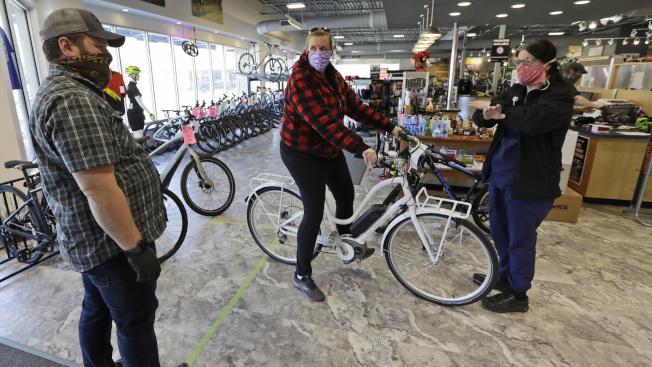 受新冠肺炎疫情影響,使得腳踏車的銷售量暴增。圖為俄亥俄州一家腳踏車店。(美聯社)