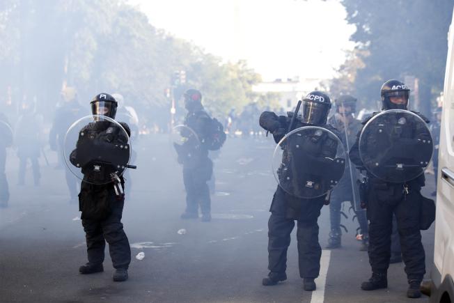 傳染病學專家指出,警方以催淚瓦斯、胡椒噴霧驅離群眾恐將導致病毒擴散。美聯社