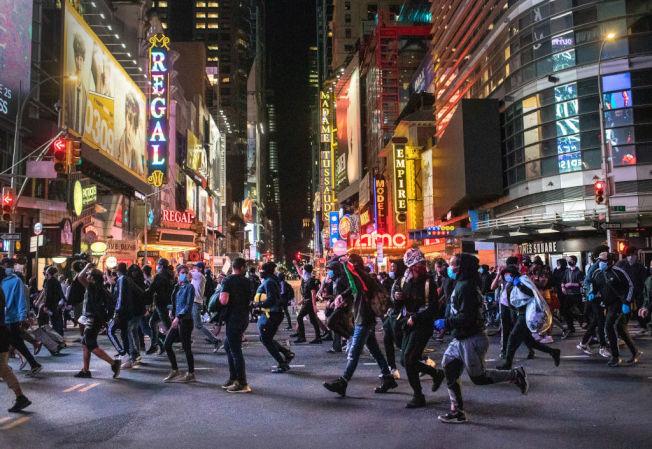 1日晚的紐約時報廣場,11時一過宵禁生效,聚集的人群開始散開。(Getty Images)