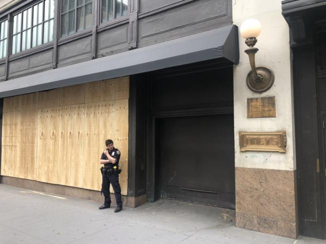 曼哈頓梅西總店在宵禁首夜仍遭破壞和哄搶。(記者洪群超/攝影)