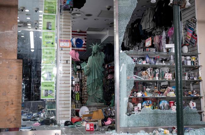 圖為曼哈頓一間禮品店遭破壞。Getty Images