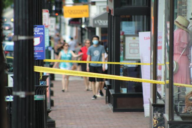 喬治城許多商店被砸,6月開始加裝木板,並圍上警戒線。(記者張筠 / 攝影)