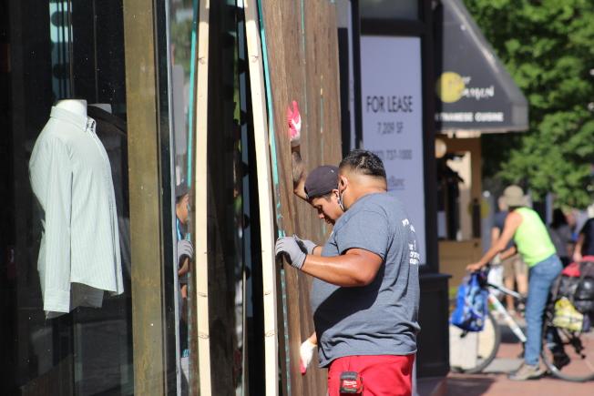 為防範抗議民眾打砸搶燒,華府商店加裝木板。(記者張筠 / 攝影)