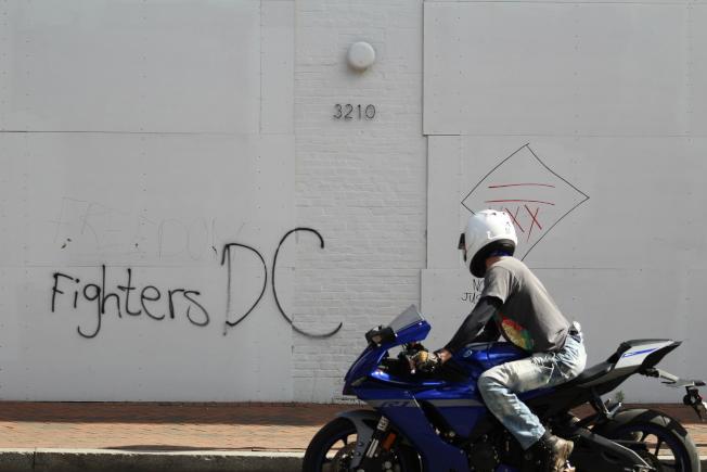 反對種族歧視和警方暴力執法的民眾在城市的許多角落塗鴉噴漆。(記者張筠 / 攝影)