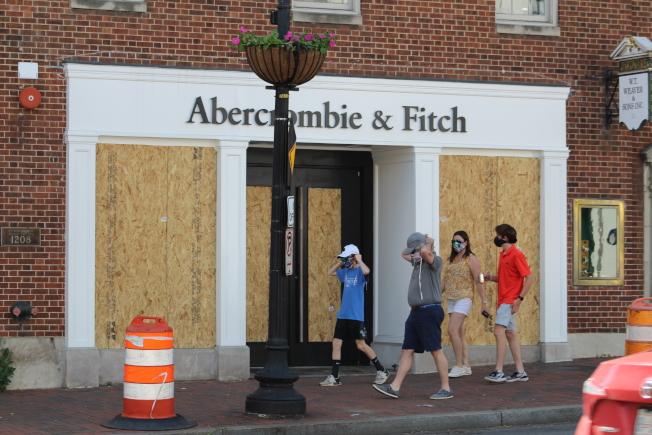為防範抗議民眾打砸搶燒,華府商店紛紛加裝木板。(記者張筠 / 攝影)