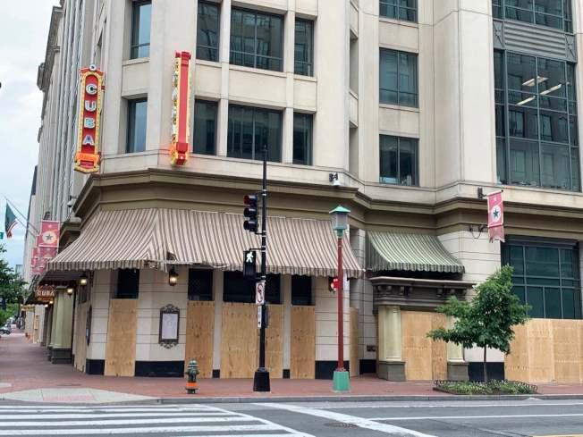 華盛頓特區反對種族歧視和警方暴力執法的抗議活動已持續四天,華埠的商家2日已基本上完成木板防範。(記者張筠 / 攝影)