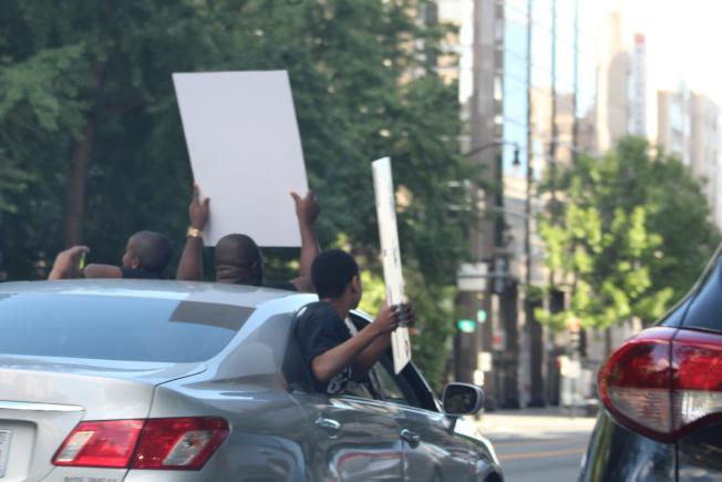 華盛頓特區反對種族歧視和警方暴力執法的抗議活動已持續四天,許多民眾開車鳴笛示威,並在車內大喊反歧視的口號。(記者張筠 / 攝影)