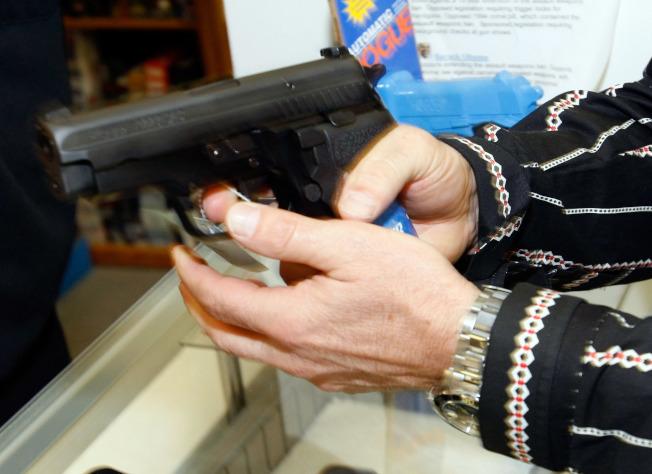 許多民眾購買槍枝與大批彈藥自衛。(Getty Images)