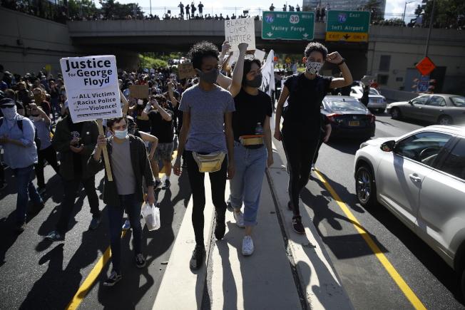 示威群眾1日湧上676高速公路。(美聯社)