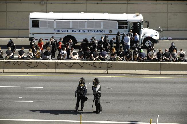 警方1日逮捕占據676公路的示威群眾。(美聯社)