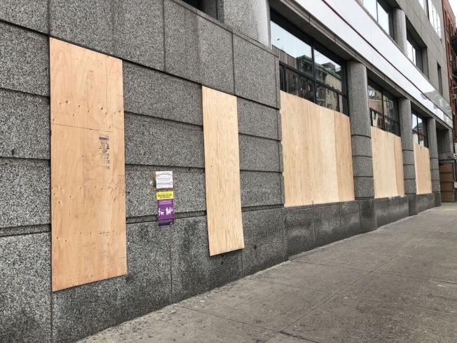 華埠有部分銀行在2日下午就暫停營業。(讀者提供)