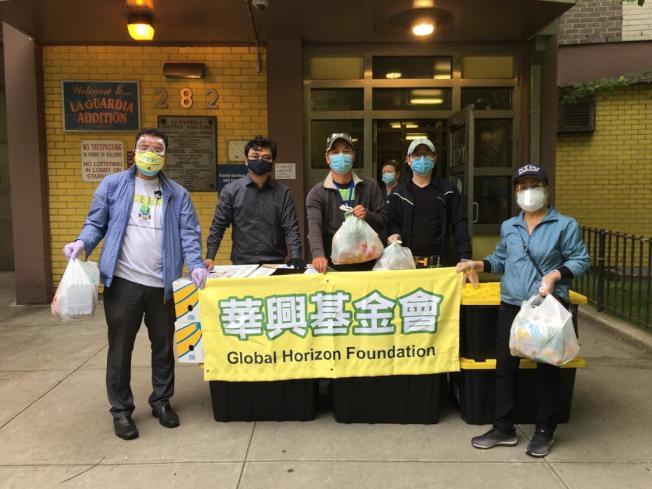 陳倩雯辦公室與華興基金會為下東城居民派送食物。(陳倩雯辦公室提供)