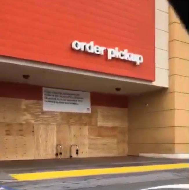 為防止暴徒搶掠,Covina的Target門口已用木板封門。(讀者提供)