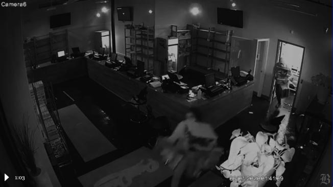 麻州首家由非裔經營的大麻店Pure Oasis周一清晨遭到洗劫。(截圖自波士頓環球報視頻)