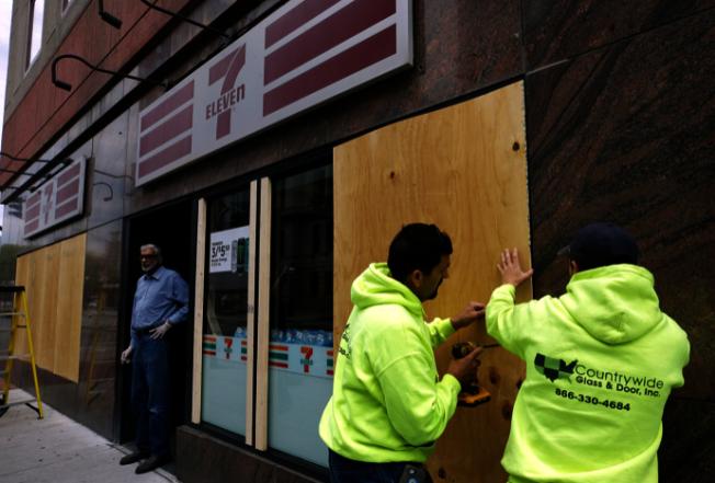 羅島州普維頓斯市一家便利商店櫥窗2日清晨被砸。(美聯社)