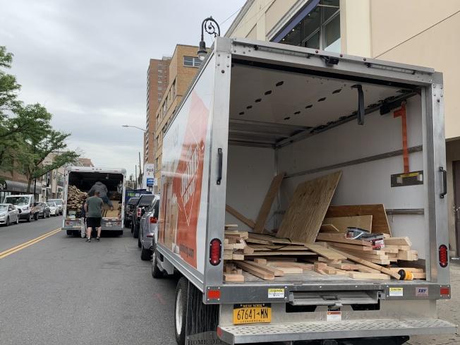 森林小丘多間商家2日釘上木板,防止潛在示威遊行暴徒入社區。(記者賴蕙榆/攝影)